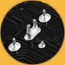 Verstärkte Lötstellen im Bereich der PCIe- und DIMM-Pins.